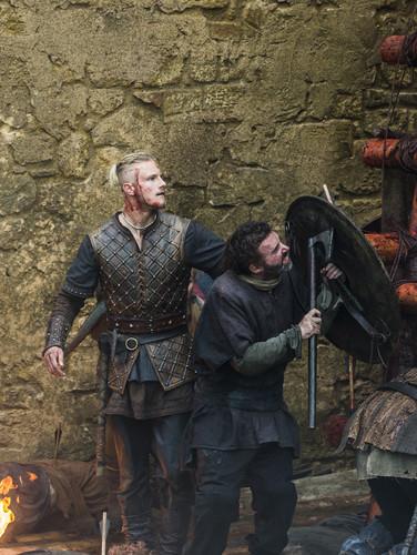 "Vikings (TV Series) karatasi la kupamba ukuta probably containing a surcoat and a tabard titled Vikings ""To The Gates!"" (3x08) promotional picture"