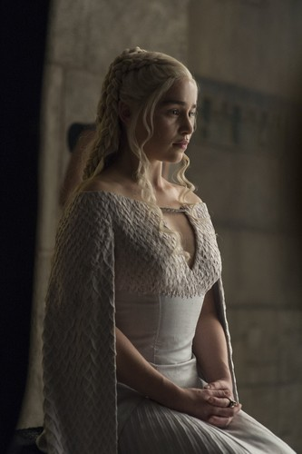 daenerys targaryen wallpaper probably containing a coquetel dress, a polonaise, and a kirtle called daenerys targaryen