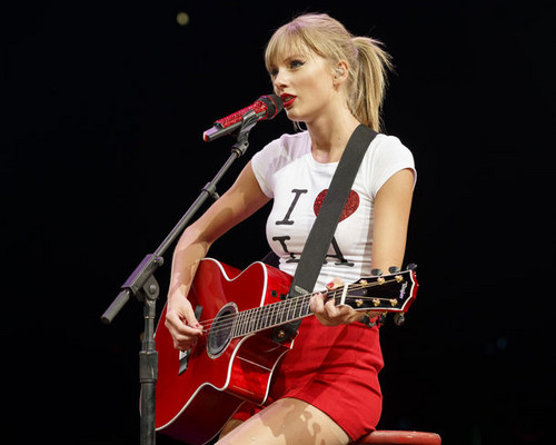 Taylor rapide, rapide, swift fond d'écran containing a guitarist and a concert called red tour live