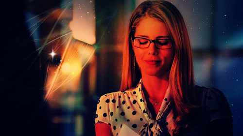 Emily Bett Rickards Hintergrund probably with a konzert called Emily Bett Rickards as Felicity Smoak Hintergrund