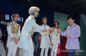 """""""The President was going to speak, staff handed mic to Taemin n he bowed n gave the mic to her."""""""