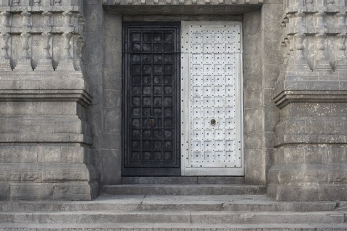 गेम ऑफ थ्रोन्स वॉलपेपर probably with a portcullis, a street, and a पंखे रूप का खिड़की, फाइनलाइट, fanlight titled 5x02- The House of Black and White