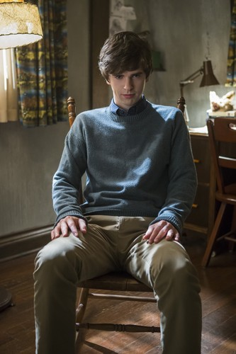 "Bates Motel Hintergrund with a drawing room entitled Bates Motel ""Crazy"" (3x09) promotional picture"