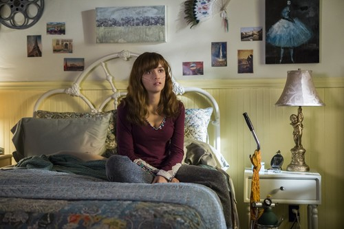 "Bates Motel karatasi la kupamba ukuta containing a drawing room, a living room, and a family room titled Bates Motel ""Crazy"" (3x09) promotional picture"
