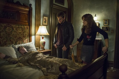 "Bates Motel karatasi la kupamba ukuta with a family room, a living room, and a twin kitanda titled Bates Motel ""Norma Louise"" (3x06) promotional picture"