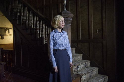 "Bates Motel karatasi la kupamba ukuta probably containing a top, a shirtwaist, and a kirtle entitled Bates Motel ""The Last Supper"" (3x07) promotional picture"