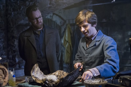 "Bates Motel karatasi la kupamba ukuta probably with a barbecue entitled Bates Motel ""The Last Supper"" (3x07) promotional picture"