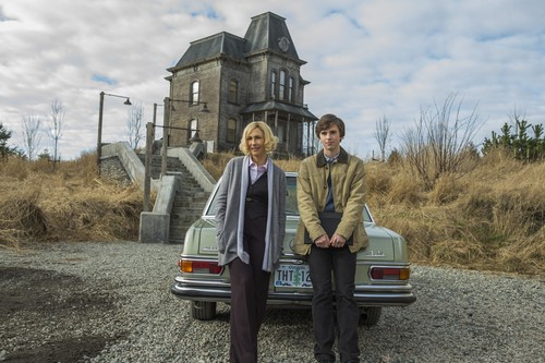 "Bates Motel karatasi la kupamba ukuta probably with a mitaani, mtaa titled Bates Motel ""The Pit"" (3x08) promotional picture"