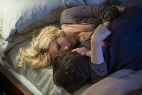 "Bates Motel karatasi la kupamba ukuta entitled Bates Motel ""The Pit"" (3x08) promotional picture"