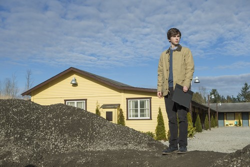 "Bates Motel karatasi la kupamba ukuta with a business suit titled Bates Motel ""The Pit"" (3x08) promotional picture"