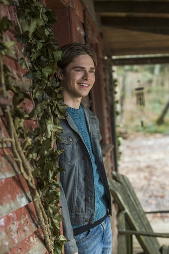 "Bates Motel karatasi la kupamba ukuta possibly with a matandazo called Bates Motel ""The Pit"" (3x08) promotional picture"