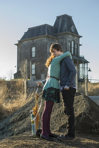 "Bates Motel karatasi la kupamba ukuta possibly with a mulch, a granary, and an outhouse titled Bates Motel ""The Pit"" (3x08) promotional picture"