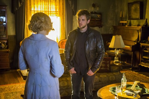 "Bates Motel fondo de pantalla with a business suit and a well dressed person called Bates Motel ""Unconscious"" (3x10) promotional picture"