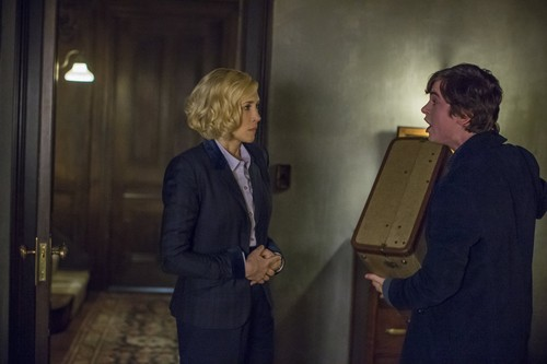 "Bates Motel karatasi la kupamba ukuta with a business suit titled Bates Motel ""Unconscious"" (3x10) promotional picture"