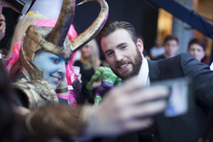 Chris Evans चित्र with Cosplayer at Red Carpet at Avengers Age of Ultron UK Premiere