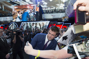 Chris Hemsworth with 팬 Red Carpet at Avengers Age of Ultron UK Premiere