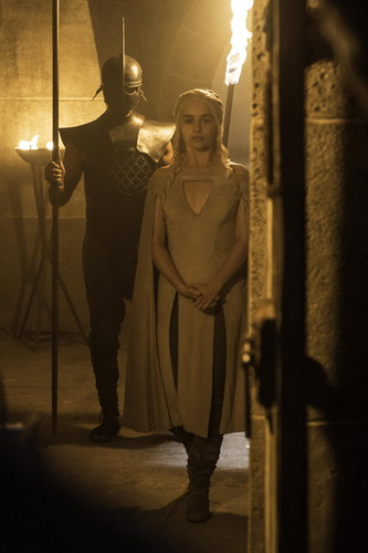 Daenerys Targaryen fond d'écran probably with a feu and a rue entitled Daenerys Targaryen Season 5