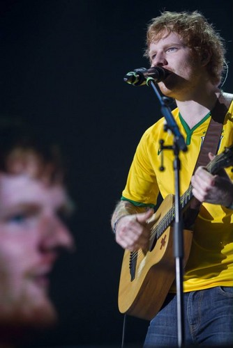 Ed Sheeran wallpaper containing a guitarist and a concert titled Ed in Brazil
