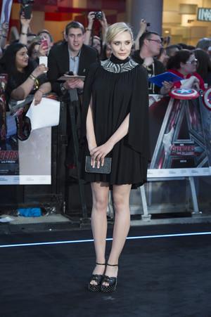 Eliizabeth Olsen 망토, 망 토 Dress Red Carpet at Avengers Age of Ultron UK Premiere