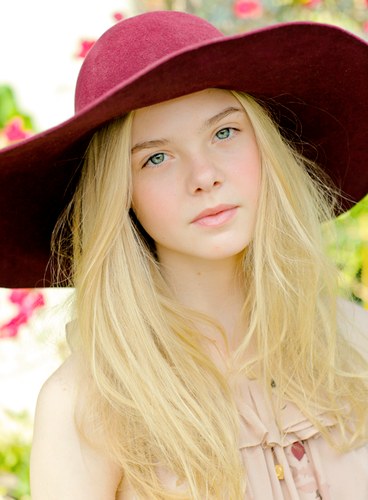 Elle Fanning Обои with a snap brim hat, a boater, and a fedora called Elle Fanning