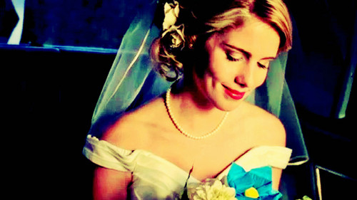 Emily Bett Rickards kertas dinding possibly with a bridesmaid and a portrait titled Emily Bett Rickards kertas dinding