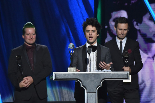 Green Day wallpaper containing a business suit called Green Day Speaking @ the 30th Annual Rock And Roll Hall Of Fame Induction Ceremony