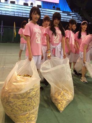 Iriyama Anna and Miyawaki Sakura AKB48 Sports Festival 2015