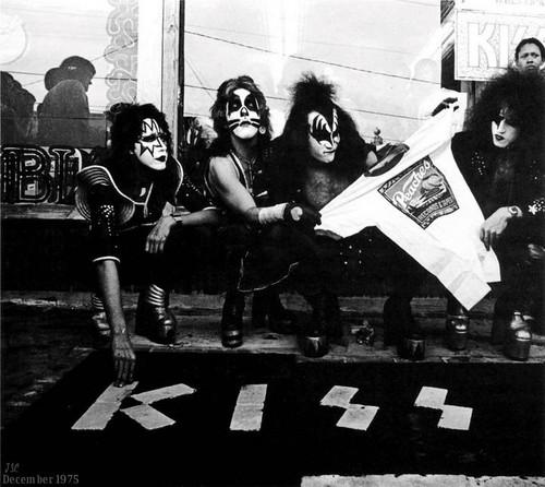 KISS پیپر وال with a sign entitled KISS ~Peaches Records…Atlanta, Georgia ~December 5, 1975