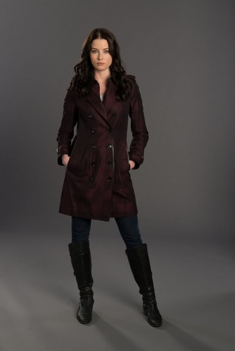 personagens femeninos da televisão wallpaper containing a trench coat, a ervilha jacket, and an overgarment called Kiera Cameron | Coninuum