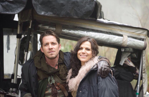 Однажды в сказке Обои probably with a covered wagon, a street, and a chuck wagon entitled Lana Parrilla and Sean Maguire