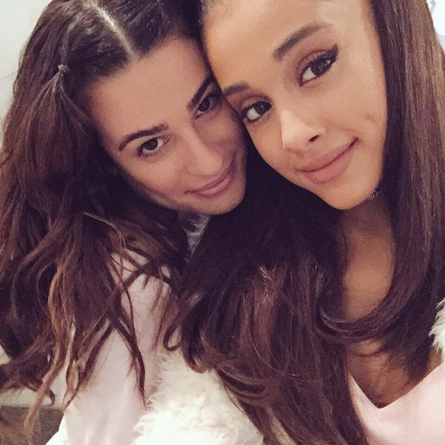 Lea Michele karatasi la kupamba ukuta containing a portrait called Lea Michele and Ariana Grande
