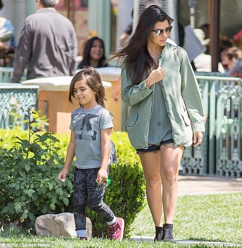 Michael Jackson Hintergrund with bare legs, a playsuit, and a hip boot entitled MASON DISICK MICHAEL'S SON BLANKET JACKSON WEARS MICHAEL JACKSON hemd, shirt WITH HIS MOM KOURTNEY