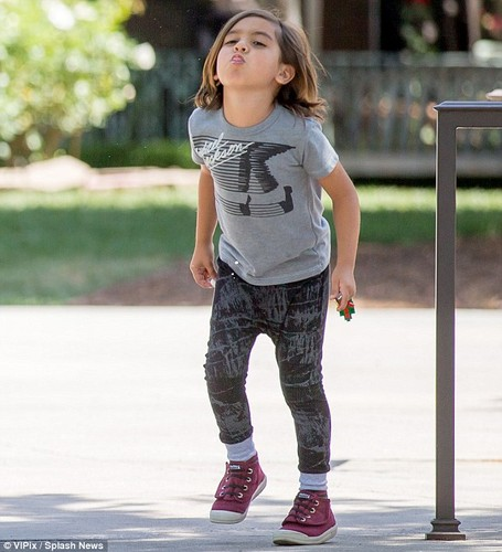 Michael Jackson wallpaper probably with a pantleg entitled MASON DISICK MICHAEL'S SON BLANKET JACKSON WEARS MICHAEL JACKSON SHIRT
