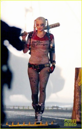 Margot Robbie kertas dinding titled Margot Robbie on the set of 'Suicide Squad'