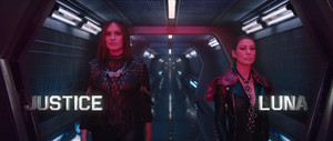 "Mariska Hargitay as 'Justice' and Ellen Pompeo as 'Luna' in Taylor Swift's ""Bad Blood"" 音乐 Video"
