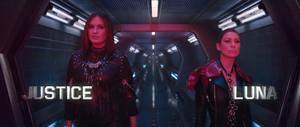 "Mariska Hargitay as 'Justice' and Ellen Pompeo as 'Luna' in Taylor Swift's ""Bad Blood"" 음악 Video"