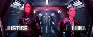 "Mariska Hargitay as 'Justice' and Ellen Pompeo as 'Luna' in Taylor Swift's ""Bad Blood"" موسیقی Video"