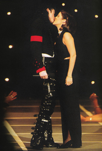 Michael Jackson wallpaper with a concert entitled Michael Jackson - HQ Scan - Michael with Lisa Marie at the VMA awards 1995
