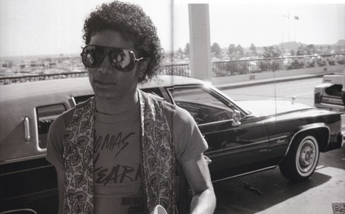 Michael Jackson kertas dinding with sunglasses entitled Michael Jackson - HQ Scan - Triumph Tour . On the road