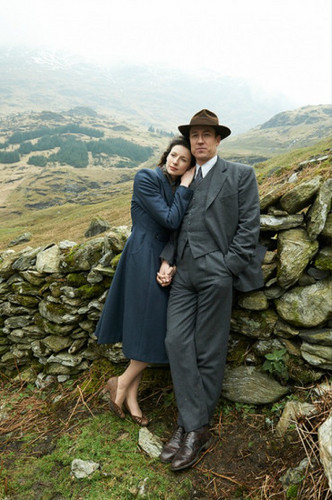 Outlander 2014 TV Series پیپر وال with a dry دیوار and a stone دیوار called Outlander Season 1 Claire and Frank Randall Official Picture