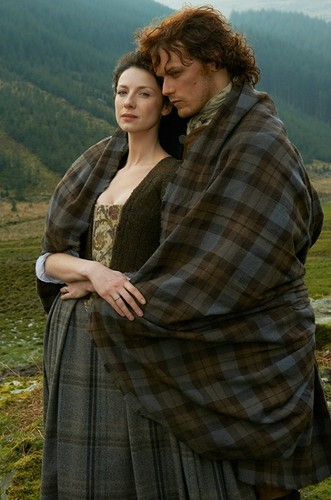 outlander serie de televisión 2014 fondo de pantalla called Outlander Season 1 Claire and Jamie Fraser Official Picture