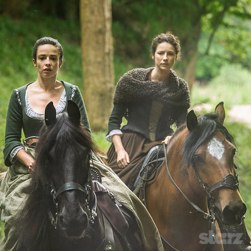 "Outlander 2014 TV Series karatasi la kupamba ukuta containing a horse trail, a draft horse, and a horse wrangler titled Outlander ""The Search"" (1x14) promotional picture"