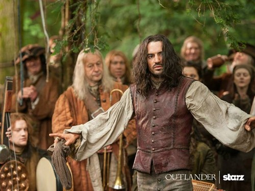 "Outlander 2014 TV Series karatasi la kupamba ukuta probably containing a surcoat and a tabard entitled Outlander ""The Search"" (1x14) promotional picture"