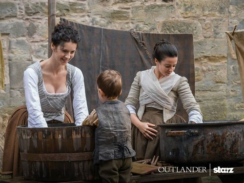 "Outlander 2014 TV Series پیپر وال with a chuck wagon entitled Outlander ""The Watch"" (1x13) promotional picture"