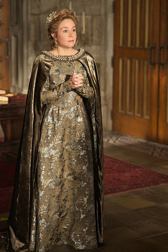 "Reign [TV Show] fondo de pantalla probably containing a surcoat, a cloak, and a kirtle, saya called Reign ""Burn"" (2x22) promotional picture"