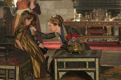 "Reign [TV Show] Hintergrund possibly with a lectern called Reign ""Burn"" (2x22) promotional picture"