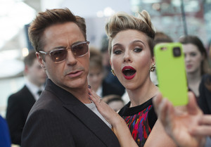 Robert Downey Jr. and Scarlett Johansson pose for peminat Red Carpet at Avengers Age of Ultron UK Premie