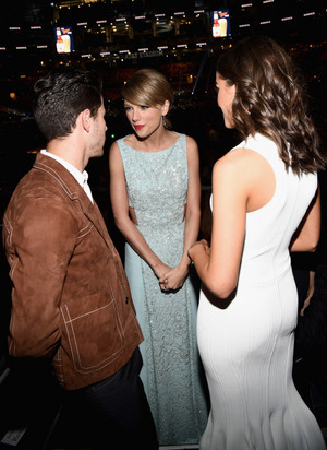 taylor pantas, swift at the 2015 ACM Awards