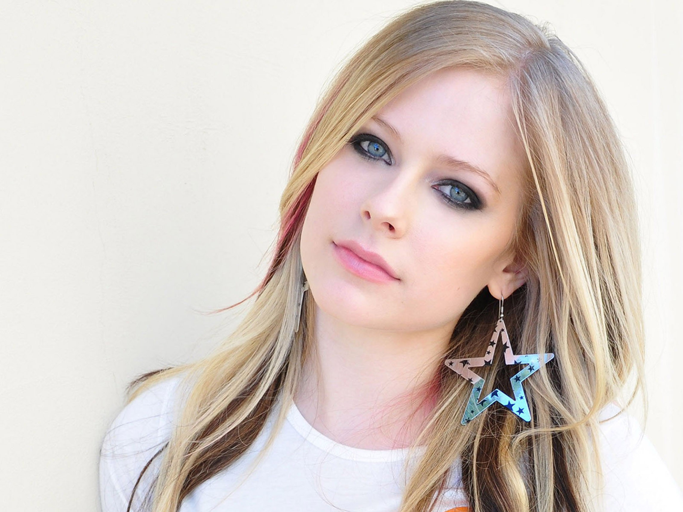 : http://www.fanpop.com/clubs/avril-lavigne/images/38584728/title/3-avril-lavigne-3-photo