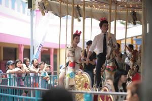 130729 IU and Jo Jung Suk Filming YTBLSS at Amusement Park